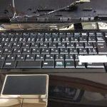 壊れたパソコンから部品を取って修理する。